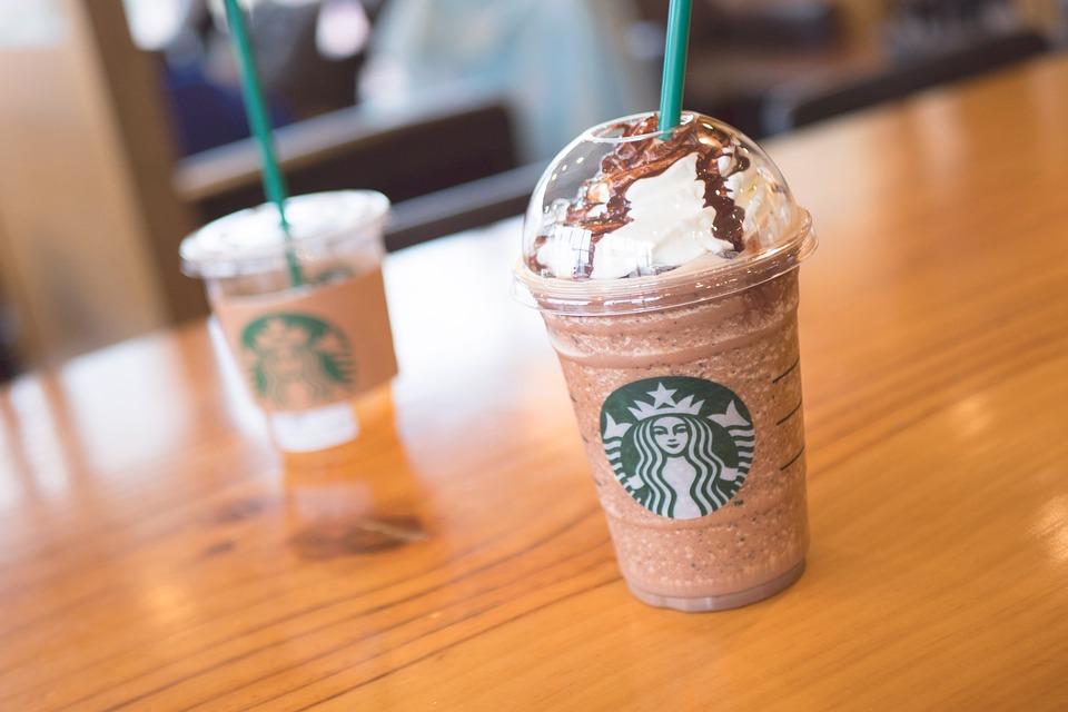 Es gibt nicht nur hochwertigen Kaffee bei Starbucks sondern auch verschiedene Desserts.